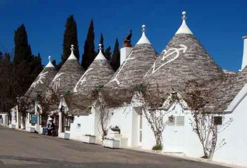 Trulli_Alberobello_turisti_500px