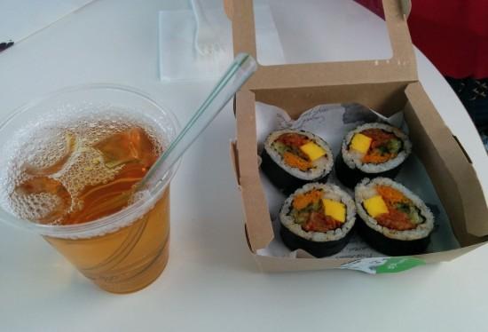"""Il """"tè alla prugna"""" e il kimbap al cavolo fermentato. Ottimi."""