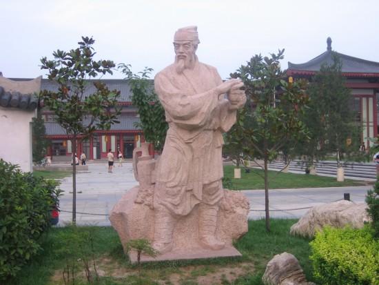 Lu Yu (733-804 d.C.), conosciuto come il Santo (o Dio) del Tè, scrisse il primo trattato sul tè nel 758 d.C.