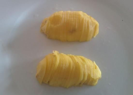 Una patatina da 100 grammi, tagliata a metà e poi a fettine, dopo 3 minuti a 600 W nel microonde. Il peso sarà sceso a 60-70 grammi circa. Il segreto per dare consistenza senza cambiare sapore a ben 4 grossi hamburger. :-)